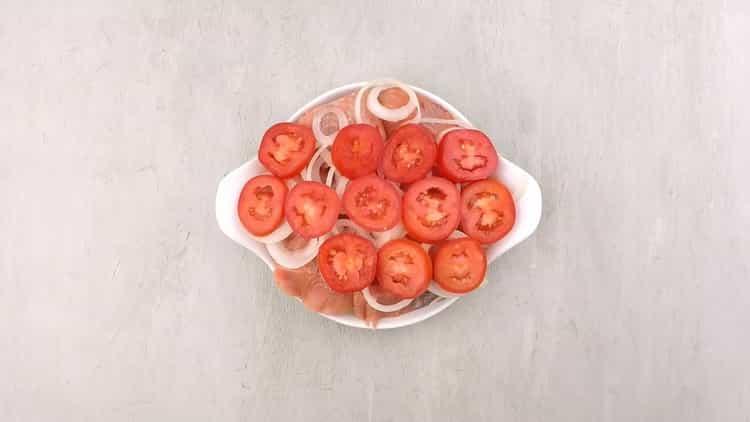 По рецепту, для приготовления кеты в духовке, выложите помидоры в форму