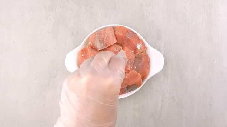 По рецепту, для приготовления кеты в духовке, выложите рыбу в форму