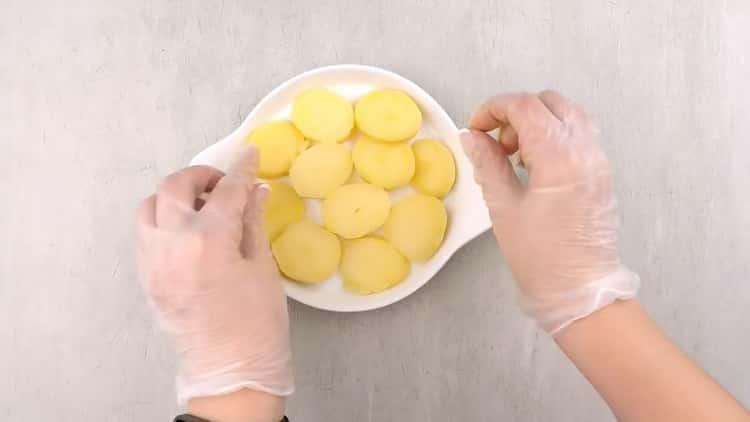 По рецепту, для приготовления кеты в духовке, выложите картофель в форму