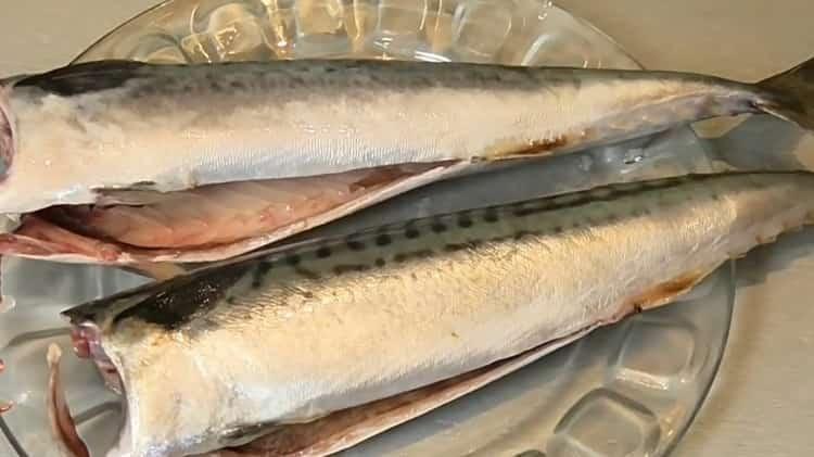 Для приготовления консервированной рыбы в домашних условиях. помойте и разморозьте ингредиенты