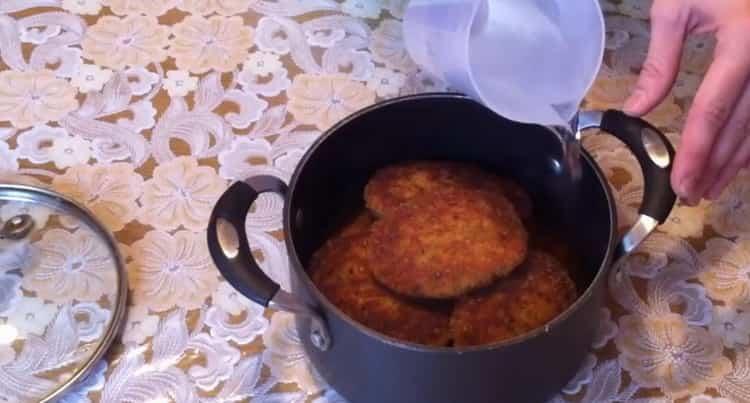 Для приготовления котлет из рыбы, сложите котлеты в кастрюлю