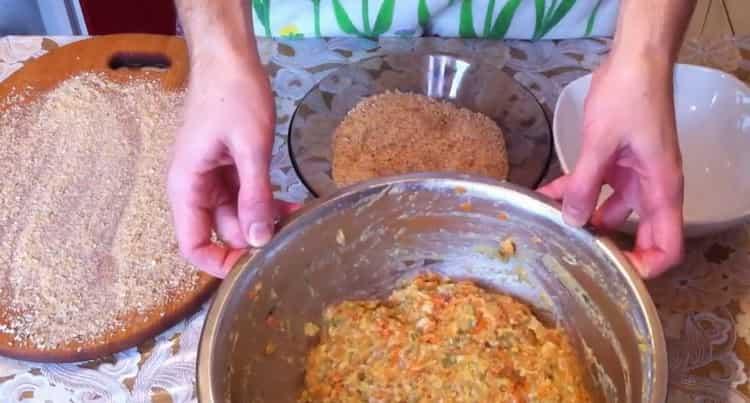 Для приготовления котлет из рыбы, подготовьте панировку