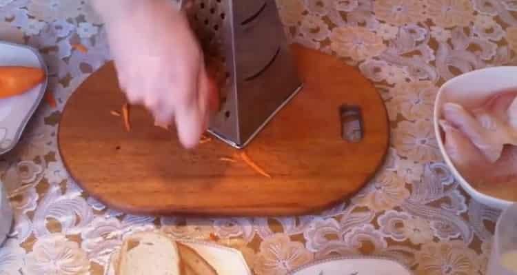 Для приготовления котлет из рыбы, натрите морковь