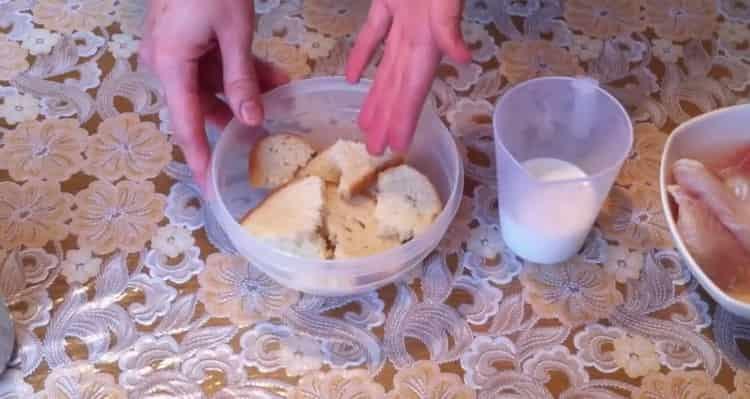 Для приготовления котлет из рыбы, замочите хлеб