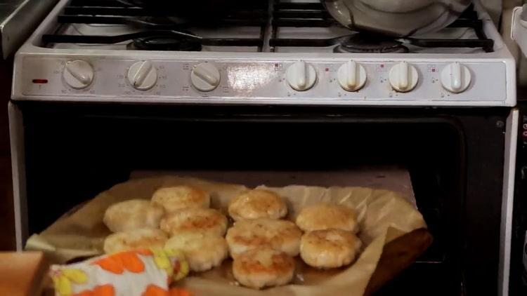 Для приготовления котлет из щуки разогрейте духовку
