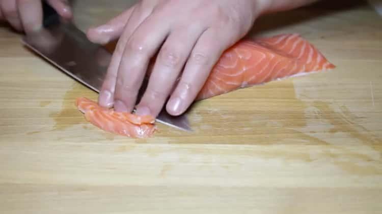 Для приготовления лаваша с красной рыбой подготовьте ингредиенты