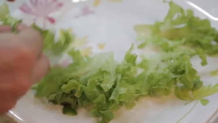 Для приготовления лосося в духовке в фольге нарежьте салат
