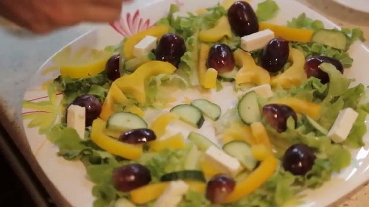 Для приготовления лосося в духовке в фольге выложите ингредиенты на тарелку