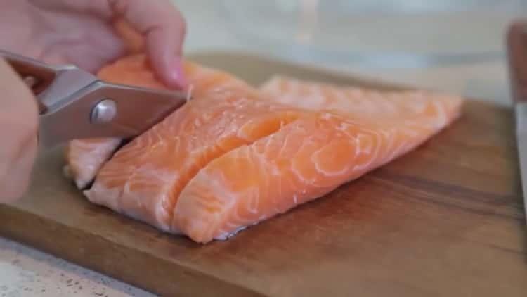 Для приготовления лосося в духовке в фольге нарежьте рыбу