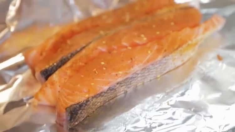 Для приготовления лосося в духовке в фольге выложите рыбу в фольгу