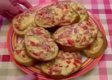 Мини-пицца на батоне с сочной начинкой - вкусный перекус за 10 минут