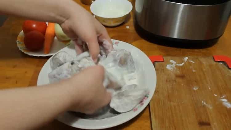 Для приготовления минтая в мульиварке смешайте сметану и рыбу