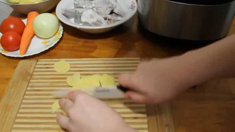 Для приготовления минтая в мульиварке нарежьте картофель
