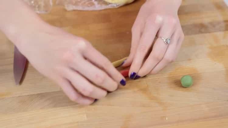 Для приготовления новогоднего печенья, скрутите жгуты