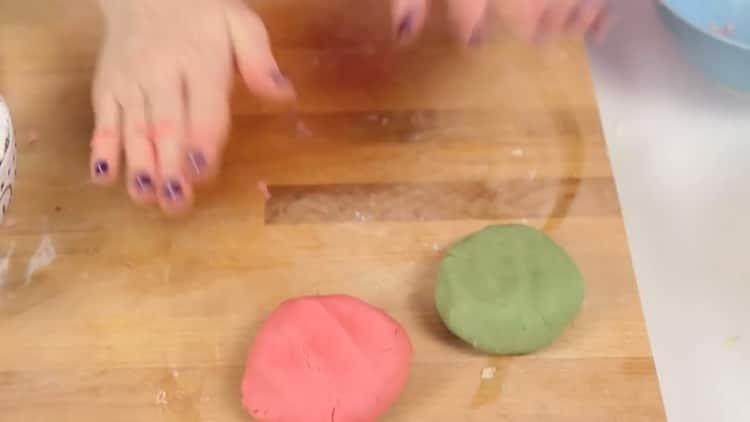 Для приготовления новогоднего печенья, замесите тесто