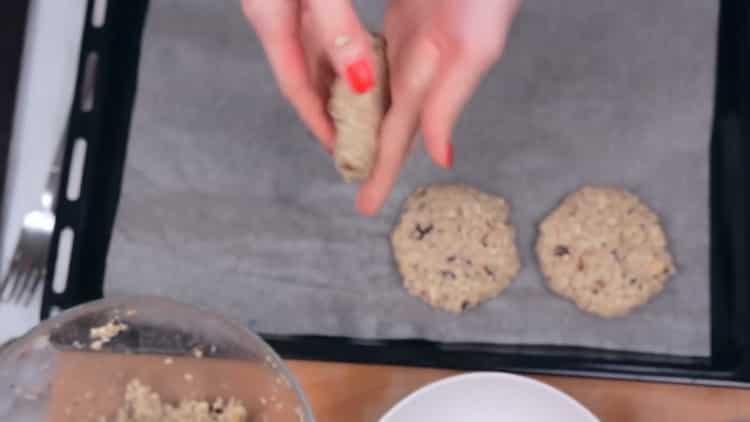 Для приготовления овсяного печенья, подготовьте противень