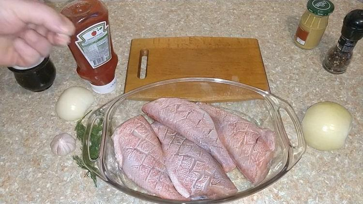 Для приготовления морского красного окуня в духовке выложите рыбу в форму