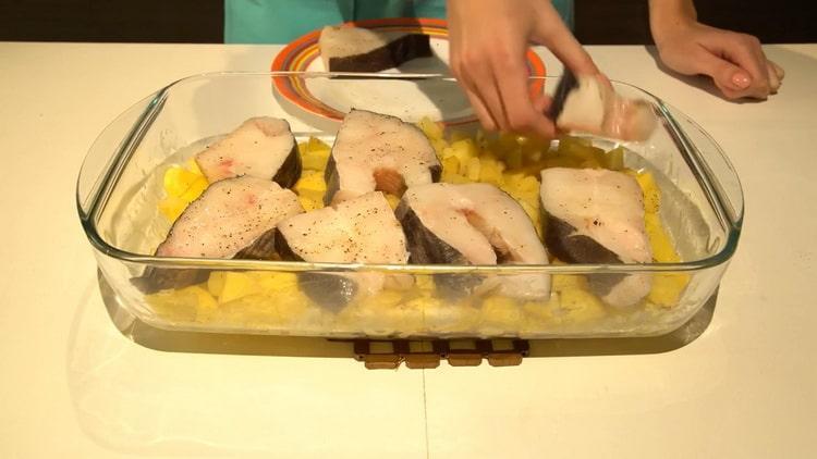 Для приготовления палтуса в духовке, положите рыбу на картофель