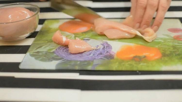 Для приготовления пасты с курицей в сливочном соусе нарежьте мясо