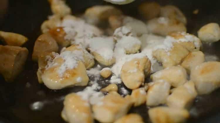 Для приготовления пасты с курицей в сливочном соусе смешайте ингредиенты для приготовления