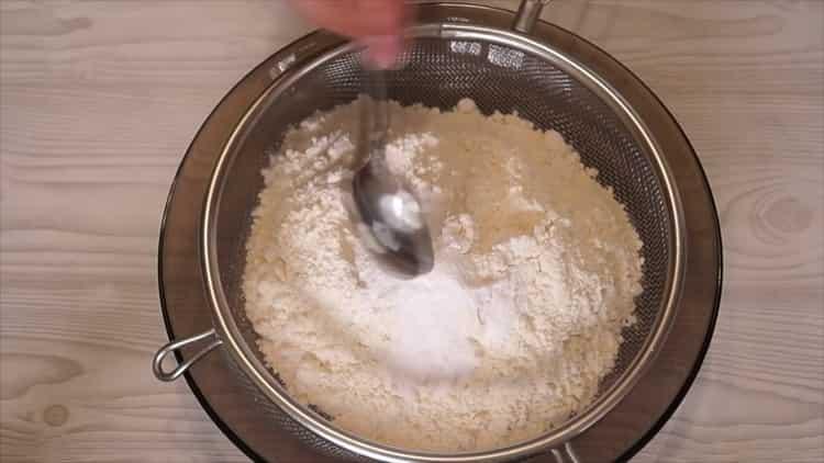 По рецепту для приготовления домашнего печенья, просейте муку