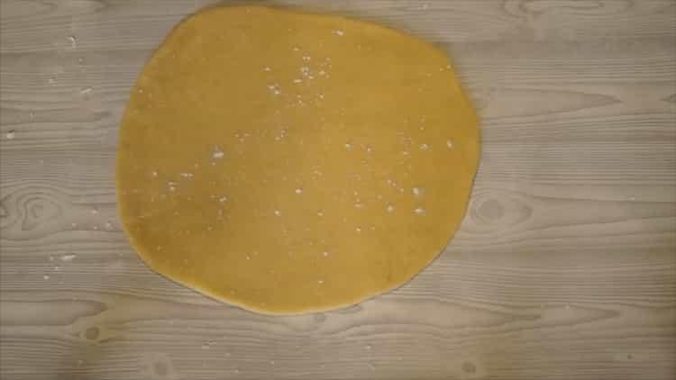 Для приготовления домашнего печенья, раскатайте тесто