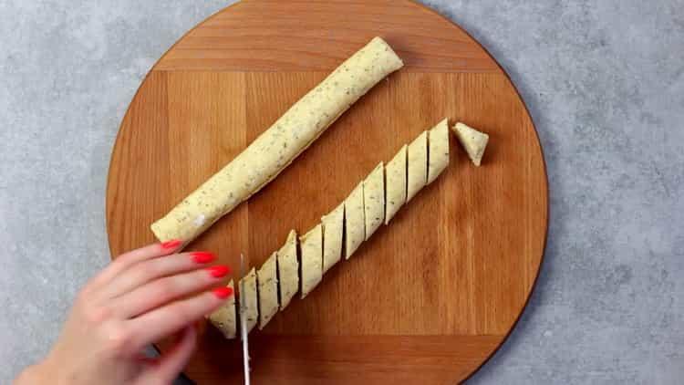 Для приготовления печенья из плавленных сырков скатайте из теста рулет