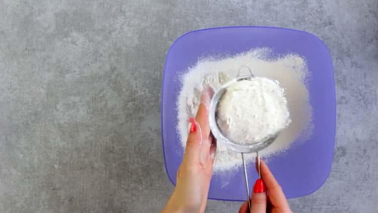 Для приготовления печенья из плавленных сырков просейте муку