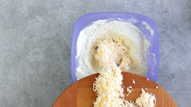 Для приготовления печенья из плавленных сырков смешайте ингредиенты