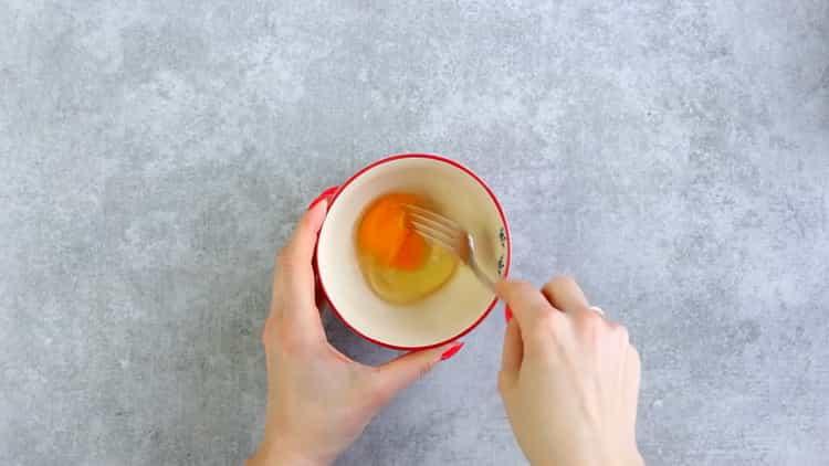 Для приготовления печенья из плавленных сырков взбейте яйца