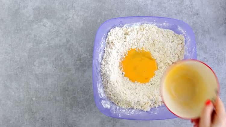 Для приготовления печенья из плавленных сырков приготовьте тесто