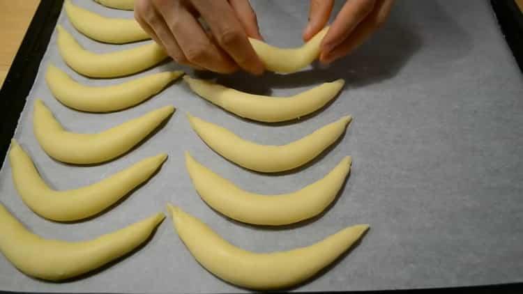 Для приготовления печенья из творога и сметаны разогрейте духовку