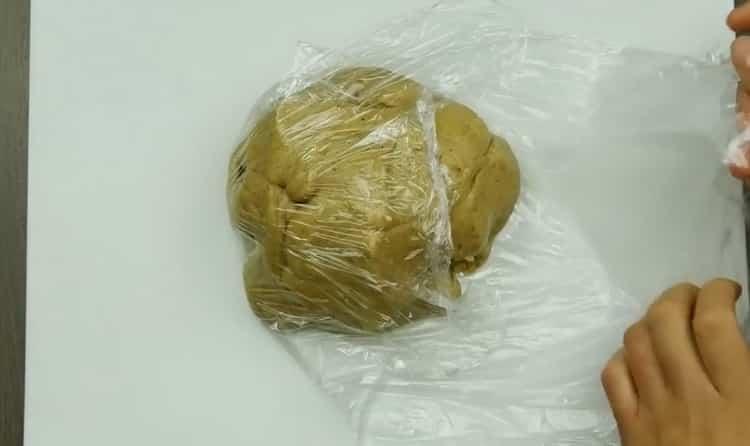Для приготовления печенья имбирного с корицей положите тесто под пленку
