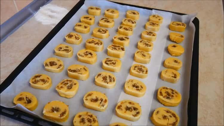 Для приготовления печенья на желтках разогрейте духовку