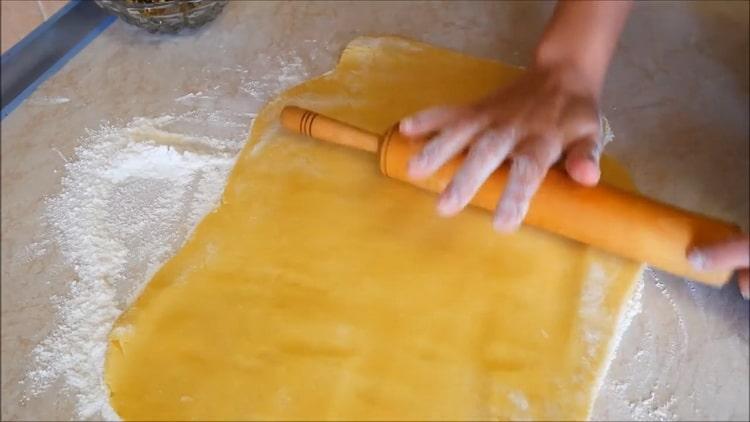 Для приготовления печенья на желтках раскатайте тесто