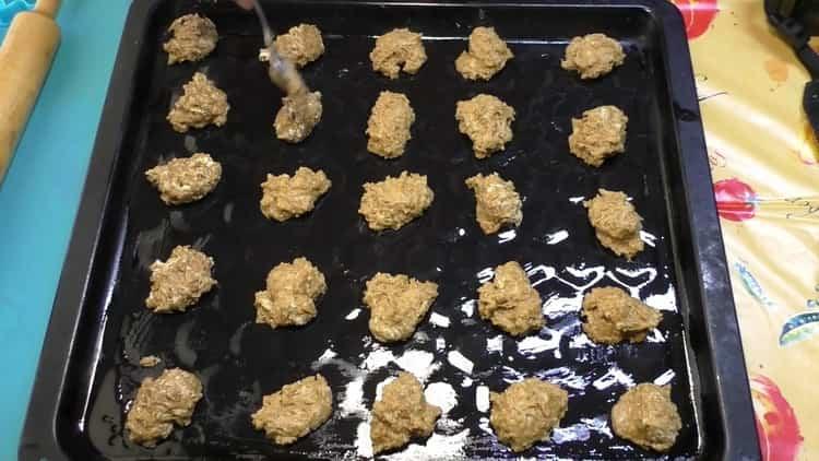 Для приготовления печенья на маргарине выложите печенье в форму