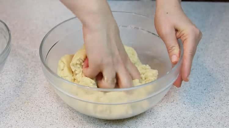 Для приготовления печенья на сгущенке замесите тесто