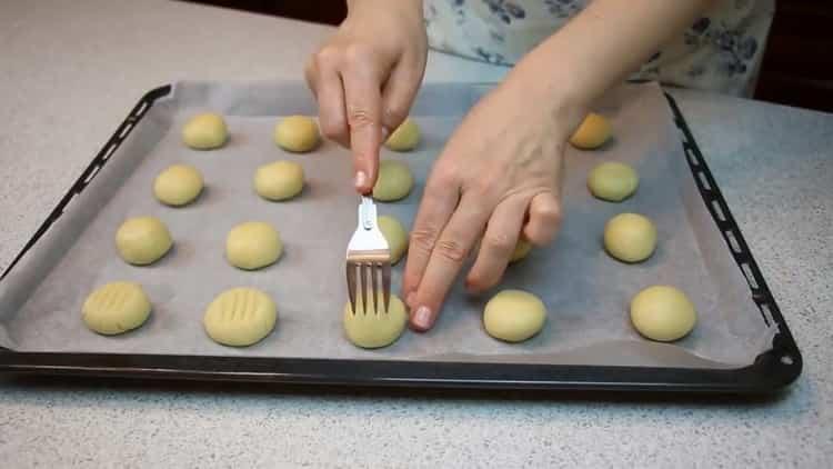 Для приготовления печенья на сгущенке разогрейте духовку