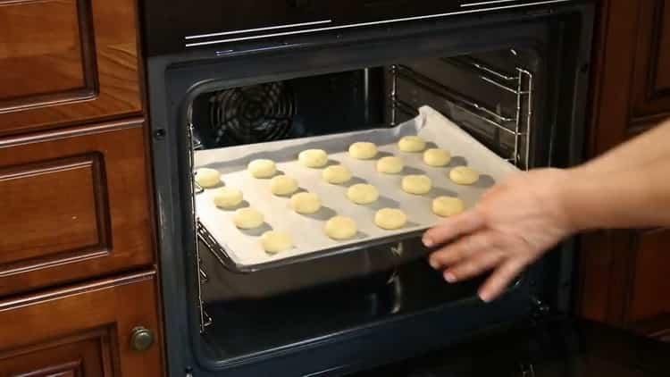 Для приготовления печенья на сгущенке подготовьте противень
