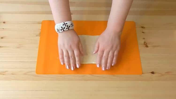 Для приготовления печенья на сметане раскатайте тесто
