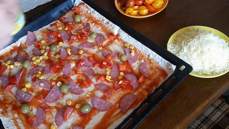 Для приготовления пиццы из лаваша в духовке положите перец