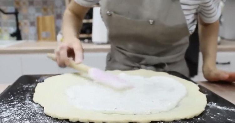 Для приготовления пиццы 4 сыра, смажьте тесто соусом