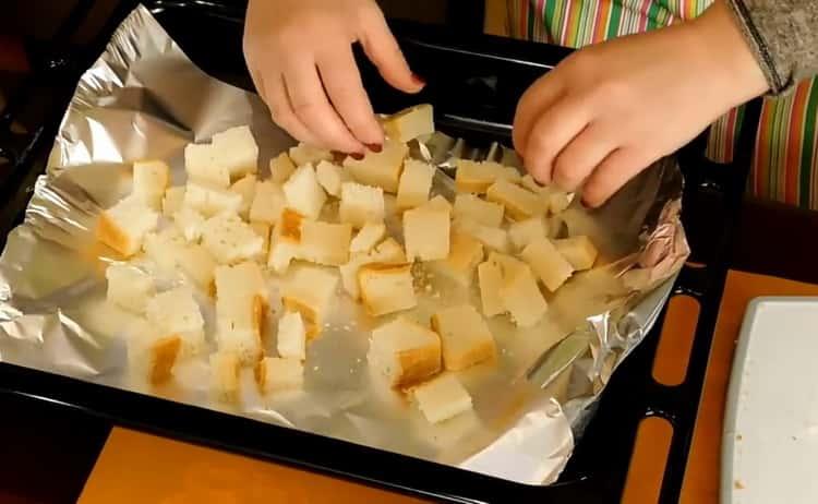 Для приготовления постного куриного супа нарежьте хлеб