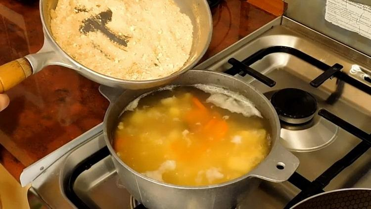 Для приготовления постного куриного супа положите муку в суп
