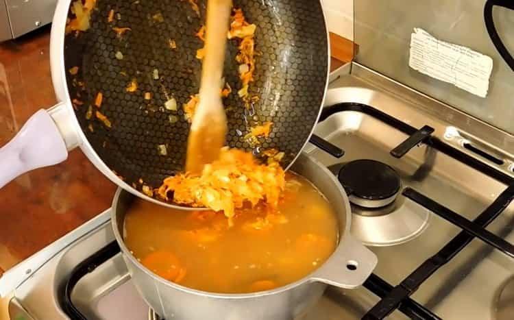 Для приготовления постного куриного супа положите зажарку в суп