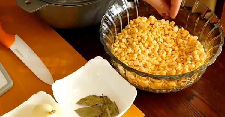 Для приготовления постного куриного супа подготовьте ингредиенты,