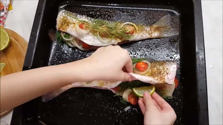 Для приготовления пеленгаса в духовке выложите зелень на рыбу