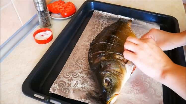 Для приготовления каппа в духовке положите рыбу на противень