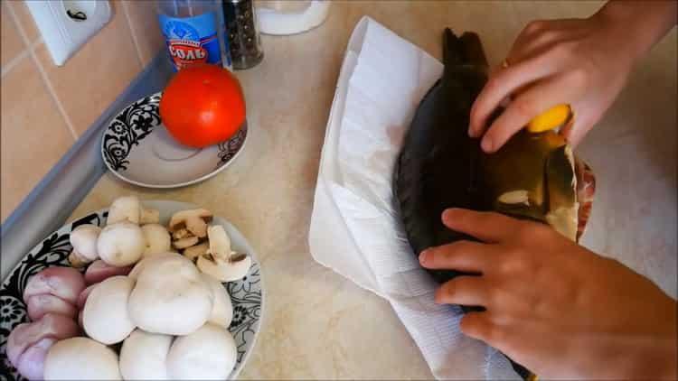 Для приготовления каппа в духовке нарежьте лимон