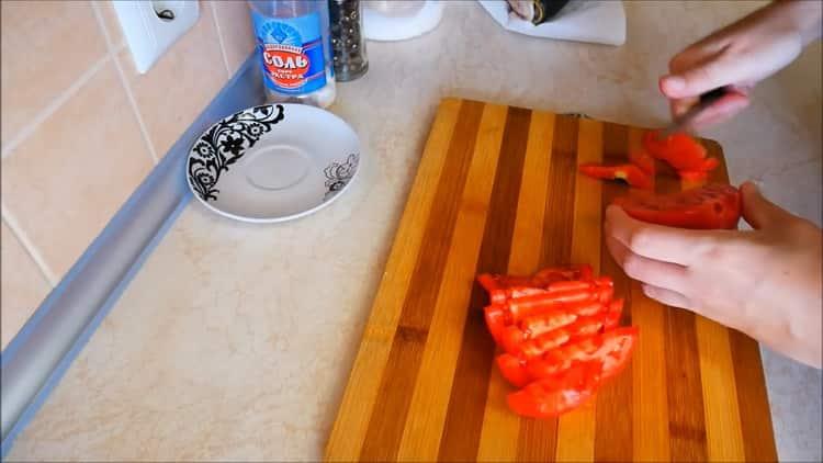 Для приготовления каппа в духовке нарежьте перец